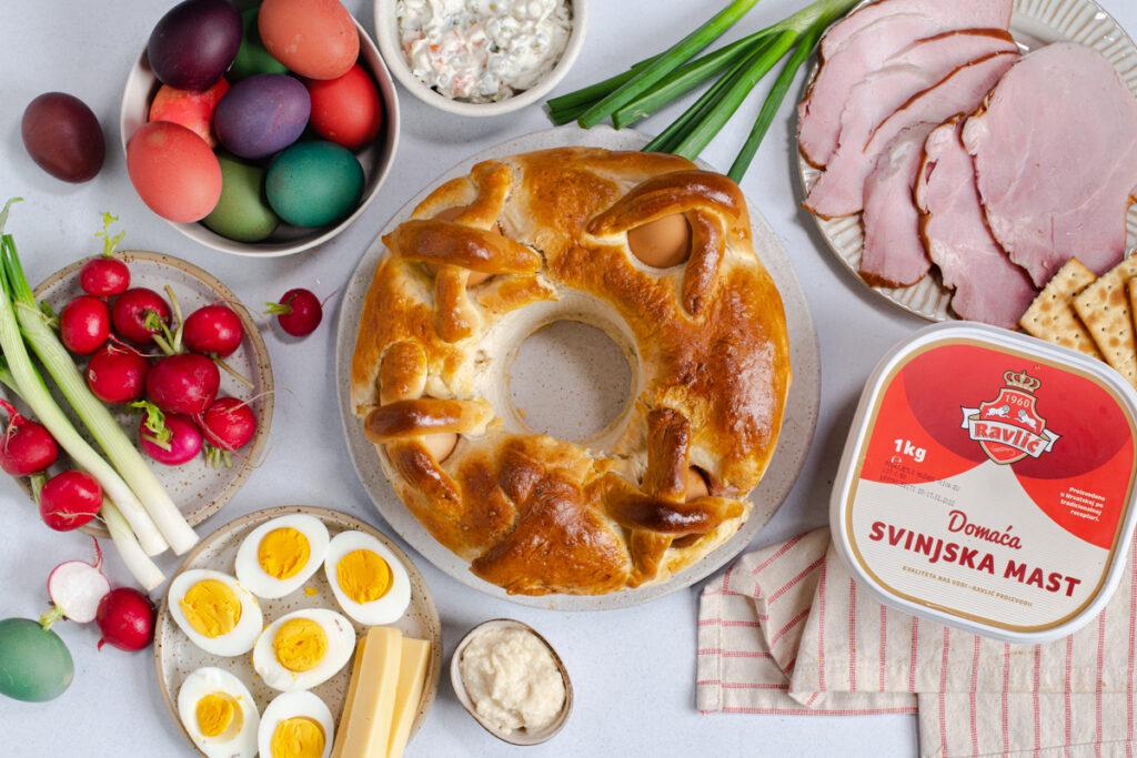 stol s ukrsnom hranom, kurhom, jajima, lukom i svinjskom masti